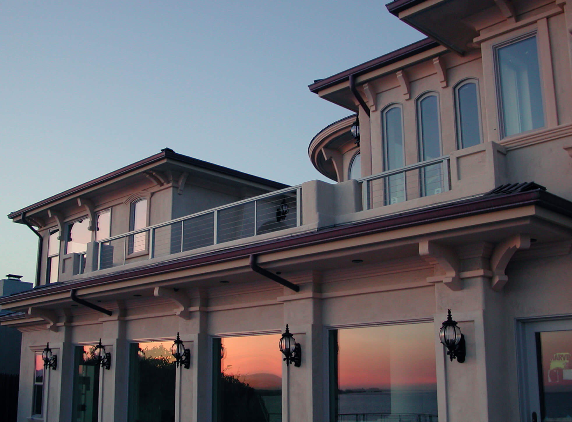 California beach house in Tuscan style with slim cable railing installed on the balcony